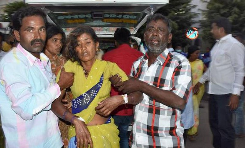 প্রসাদ খেয়ে অসুস্থ হয়ে পড়া এক নারীকে হাসপাতালে নেয়া হচ্ছে